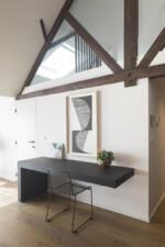 loftstyle bureau zwart wit met houten gordingen