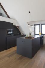 all black, zwarte keuken, zitnis, quookerkraan